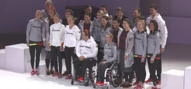 Topmodel Lena Gercke und Olympia-Athleten präsentieren das Outfit für Rio