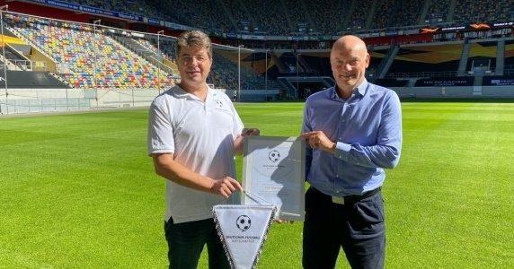 Deutscher Fußball Botschafter 2020 – Fortuna Düsseldorf-Trainer Uwe Rösler erhält Nominierungsurkunde